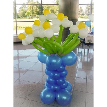 Букет ромашек в синей вазе